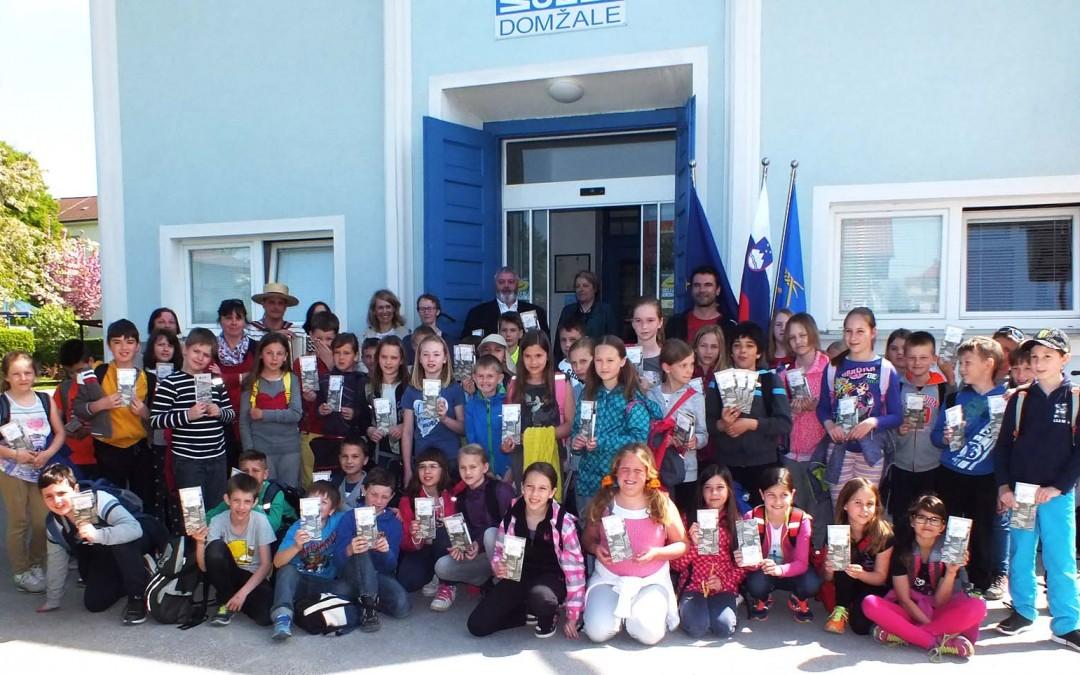 Četrtošolci – prvi obiskovalci tematske poti Sprehod med tovarnami slamnikov