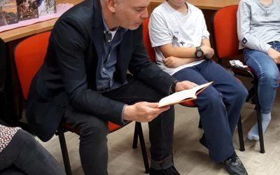Zgodba s konca korona dobe – obisk pisatelja Sebastijana Preglja na naši šoli